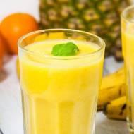 Żółty koktajl z mango, bananem, ananasem i mandarynką