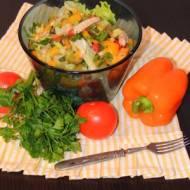 Sałatka z makreli, oliwek i pomidorów