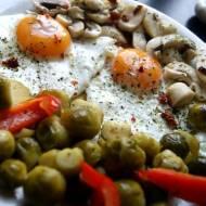 Warzywa na parze lekko podsmażone, dzisiaj z jajkami sadzonymi