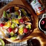 """Bezglutenowa śniadaniowa pizza z dżemem, """"serem"""" z nerkowców i owocami"""