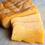 Karmelowy żółty ser z papryką
