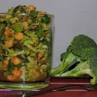 Surówka z brokuła, ciecierzycy i pomidora