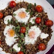 Jajka sadzone na jagnięcinie