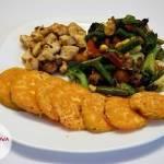 Pierś kurczaka z mieszanką warzyw i batatem