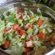 Sałata lodowa z awokado i bazylią. Szybka i zdrowa surówka obiadowa.