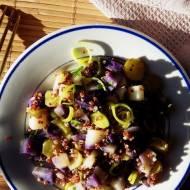 Sałatka z ziemniaków truflowych z czerwoną quinoą, ogórkiem kiszonym i porem