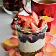 Śniadanie na wynos. Granola z jogurtem z nasionami chia, owocami i musem.