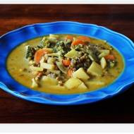 Zupa z brokułem, ziemniakami, soczewicą i mlekiem kokosowym