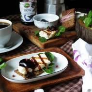 Chrupkie pieczywo z quinoy z grilowanym kozim serem i dżemem z czarnego bzu