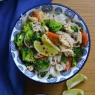 Makaron ryżowy z mięsem mielonym i brokułami