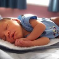 Poduszka dla niemowlaka i małego dziecka - dawać czy nie?