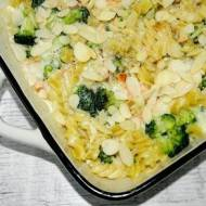 Zapiekanka makaronowa z łososiem, brokułami i sosem beszamelowym.