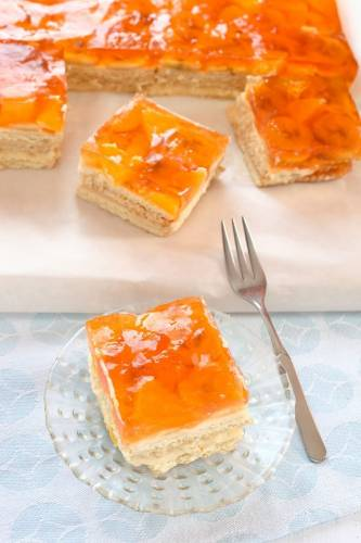 Ciasto z herbatników z owocami i pomarańczową galaretką. Bez pieczenia :-)