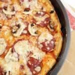 Pizza peperoni z pieczarkami
