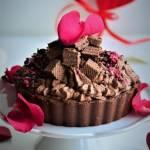 Walentynkowa tarta czekoladowa na ciasteczkowym spodzie z musem i kremem czekoladowym