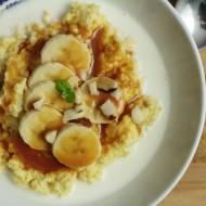 Kasza jaglana z bananem i sosem orzechowo-klonowym