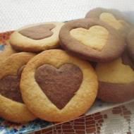 kruche ciasteczka kakaowo-waniliowe z sercem