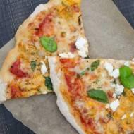 Pizza serowa z ziołami