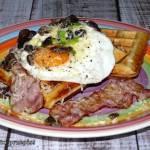 Gofry drożdżowe z jajkiem sadzonym, boczkiem i pieczarkami