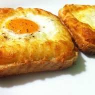 Jajko na toście z żółtym serem