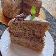 Tort orzechowy z nadzieniem kawowo migdałowym.