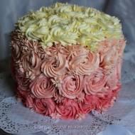 Tort z bitą śmietaną i różami z kremu