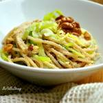 Spaghetti z porem i pesto z orzechów włoskich