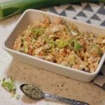 Surówka z kapusty pekińskiej, z dodatkiem nasion konopi.