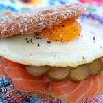 Kanapka z łososiem, ogórkiem kiszonym i jajkiem sadzonym