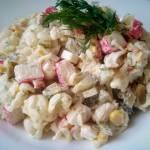 Salatka z makaronem i paluszkami krabowymi