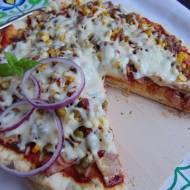 Domowa pizza z wędliną i kukurydzą.