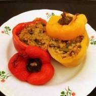 Pieczona papryka faszerowana kaszą i warzywami