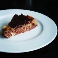 Zdrowa tarta czekoladowa snickers z karmelem bananowym