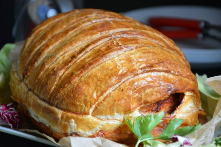 Indyk rolowany z brokułem i serem w cieście francuskim