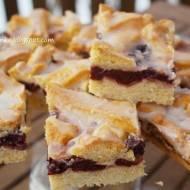 Kruche ciasto z wiśniami i lukrem