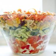 Sałatka warstwowa z sezamkami
