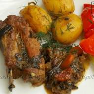 Żeberka z grzybami i ziemniakami jako danie jednogarnkowe.
