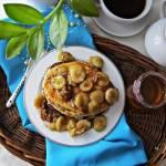 Sernikowe placuszki z karmelizowanym bananem i orzechami