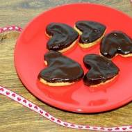 Lawendowe serca w polewie czekoladowej.