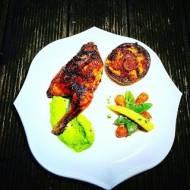 Pisklę kurczaka w Peri -Peri na puree z groszku z glazurowanymi warzywami i faszerowaną pieczarką