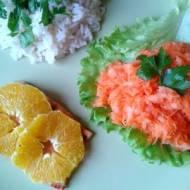 Pstrąg w pomarańczach w towarzystwie ryżu i surówki
