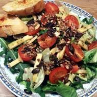 Sałatka z pomidorkami, serem i grzankami
