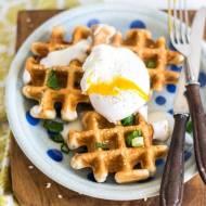 Sezamowo-makowe gofry z jajkiem w koszulce