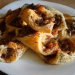 Koperty z ciasta francuskiego z serem i pieczarkami