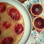 Ciasto z czerwonymi pomarańczami z horrorem w tle