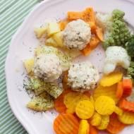 Lekkie kulki z łososia na parze z dodatkiem warzyw