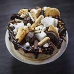 Tort z kremem mascarpone o smaku cappuccino, z kapiącą czekoladą