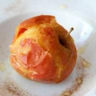 Pieczone jabłko z syropem z agawy. Bardzo szybki deser.