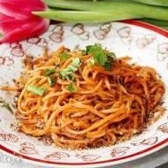 Spaghetti z marchewki z miodem, koperkiem i płatkami lnianymi