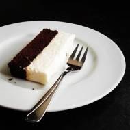 Wilgotne ciasto czekoladowe z musem o smaku białej czekolady bez cukru